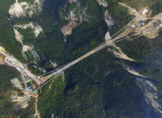 Đây là cây cầu dài nhất Thế giới. Tổng chiều dài của nó là 375m nằm ở Công viên Rừng Quốc gia Thiên An Môn, Trung Quốc.(Ảnh: Internet)