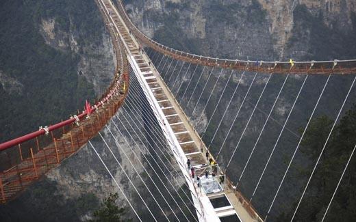 Cây cầu này có lối đi đáy kính, được hoàn thành với giá 2,6 triệu bảng Anh (gần 83 tỉ đồng). Độ cao 289m thực sự khiến người ta phải khiếp sợ. Có thể nói cây cầu này là một tuyệt táckhi được đặt trong khung cảnh hùng vĩ như thế này. (Ảnh: Internet)