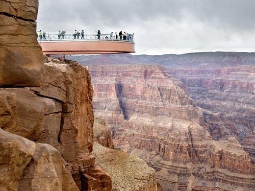 Cầu đi bộ hình móng ngựa ở phía Tây hẻm núi Grand Canyon được biết đến bởi lối kiến trúc khiến nhiều người phảitrầm trồ thán phục.(Ảnh: Internet)