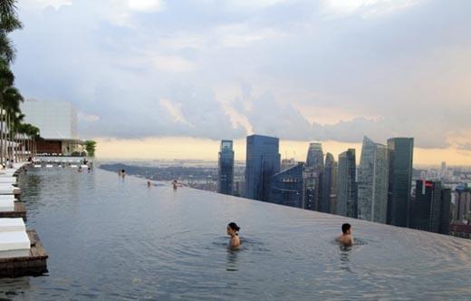 Cận cảnh bể bơi khổng lồ trên khôngở Sands Skypark tại Marina Bay Sands lúc hoàng hôn (Ảnh: Internet)