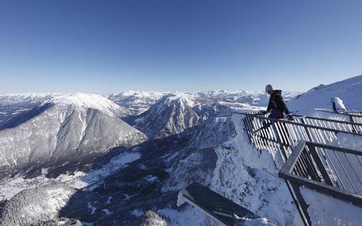 Trên dãi Alps, nước Áo có một đài quan sát 5 lối đi nhô ra khỏivách núi như 5 ngón tay. Trên sàn lối đi, có các hố nhỏ và một sốnơi để chụp ảnh lưu niệm. Ngoài ra, trên đài quan sát này còn được lắp đặt kính viễn vọng để du khách thỏa mãn nhu cầu ngắm cảnh. (Ảnh: Internet)