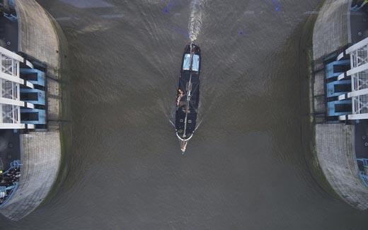 Dù chỉ cao 42m so với mực nước sông, nhưng cũng đủ làm người ta rùng mình ớn lạnh mỗi khi bước qua lối đi này.