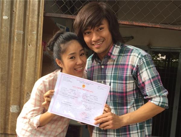 Hình ảnh cùng cầm tờ giấy đăng kí kết hôn của Lê Phương và Quý Bìnhkhiến khán giả bất ngờ. - Tin sao Viet - Tin tuc sao Viet - Scandal sao Viet - Tin tuc cua Sao - Tin cua Sao