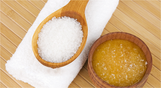 Hỗn hợp mật ong và muối có thể dùng tẩy tế bào chết và làm mặt nạ dưỡng da. (Ảnh: Internet)