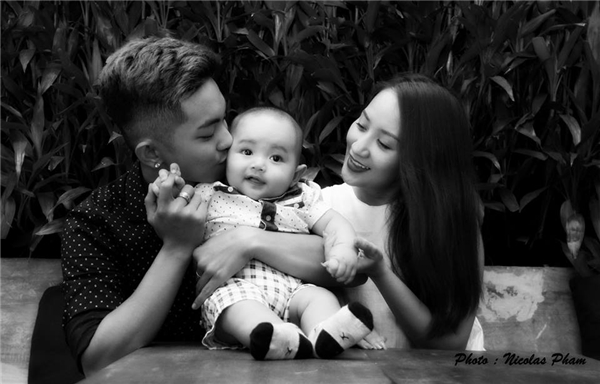 Từ ngày có con, hạnh phúc gia đình của đôi vợ chồng trẻ ngày càng khắng khít và vui vẻ hơn. - Tin sao Viet - Tin tuc sao Viet - Scandal sao Viet - Tin tuc cua Sao - Tin cua Sao