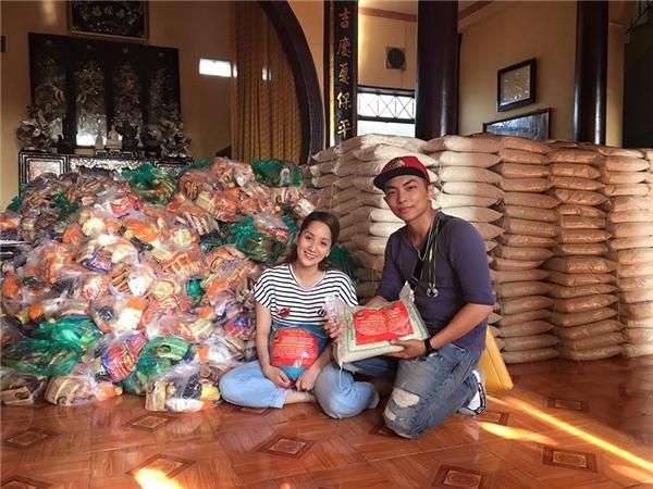 Bên niềm hạnh phúc với gia đình nhỏ trong những ngày giáp Tết, Khánh Thi và Phan Hiển cũng vừa chung tay tổ chức chuyến từ thiện trao quà Tết cho các mảnh đời khó khăn, như một cách họ san sẻ sự may mắn của mình với mọi người. - Tin sao Viet - Tin tuc sao Viet - Scandal sao Viet - Tin tuc cua Sao - Tin cua Sao