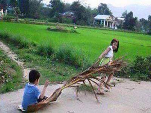 """Kéo mo cau cũng là một trò """"quá nhanh quá nguy hiểm"""" của trẻ con nông thôn. (Ảnh: Internet)"""