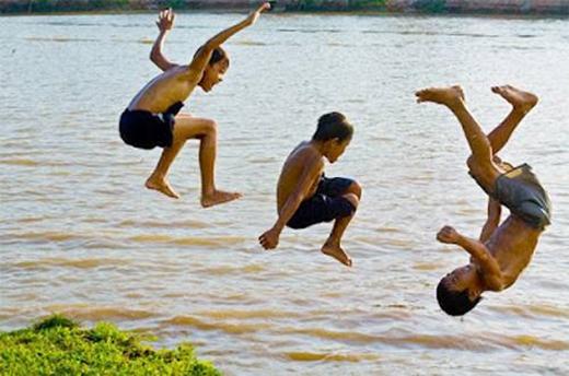 Dĩ nhiên là không thể không nhắc đến tắm sông. Tha hồ màđủ tung mình biểu diễn. (Ảnh: Internet)