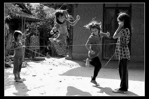 Nhảy dây chính là trò chơi tập thể phổ biến nhất mà cả trai cả gái đều có thể tham gia. Có một điều lạ lùng là một số bạn nam chơi còn giỏi hơn các bạn nữ. (Ảnh: Internet)