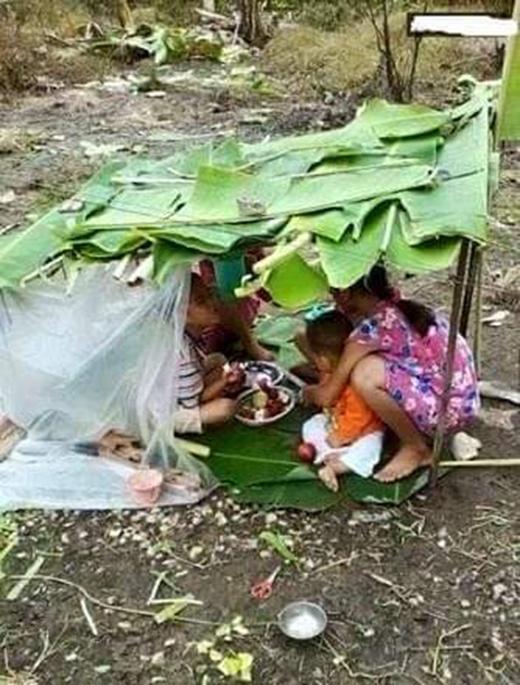 Chơi nhà chòi là lúc trẻ con trong xóm tụ tập nấu nướng, sinh hoạt như một gia đình khiến tình cảm thêm gắn kết. (Ảnh: Internet)