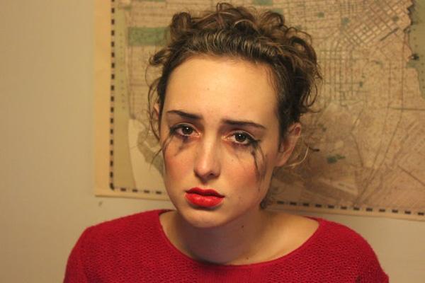 15. Đã nhiều lần bị nhòe hai dòng kẻ mắt mà vẫn chưa thấy người làm mờ đi vết son môi.