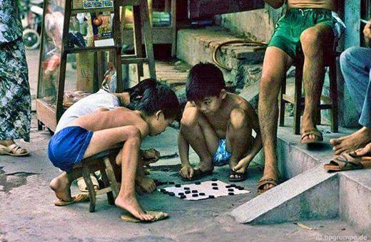 Trẻ con ngày xưa cũng trí tuệ lắm nhé, rất kết môn cờ tướng đấy. (Ảnh: Internet)