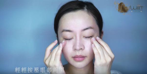 Bước 3: Sau khi dùng dụng cụ hút sạch mặt nạ trên da, dùng tay massage đều khắp mặt để dưỡng chất thấm sâu, giúp da căng bóng ngay tức thì.