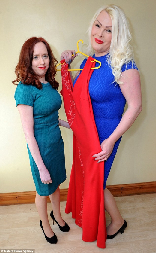 Claire còn giúp Celeste chọn trang phục và rủ cô đi ra ngoài hẹn hò. (Ảnh: Daily Mail)