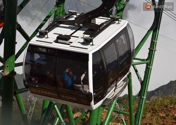 Trong mỗi cabin cáp treo Fansipan Sapa có sức chứa tối đa 30 - 35 khách, công suất vận chuyển lên tới 2.000 khách/h. Trong ảnh là những vị khách đầu tiên được trải nghiệm cáp treo hiện đại nhất thế giới này. Ảnh: TTT