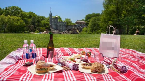 Mua một ít rau quả, trái cây, đồ hộp, bánh mì từ cửa hàng tạp hóa hoặc khu chợ nhỏ gần nơi bạn sống rồi ra công viên tổ chức một buổi dã ngoại nào. Chắc chắn sẽ bớt được tiền cho 1 ngày ở trong nhà trọhay khách sạn.(Ảnh: Internet)