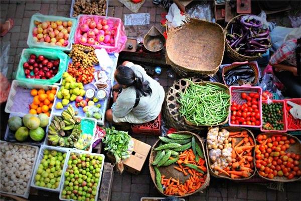 Nếu bạn đến những nơi có phiên chợ sớm, hãy cố gắng dậy sớm và mua hàng hóa ở đó, vì lúc đó bạn có thể được đồ ngon giá cực hời.(Ảnh: Internet)