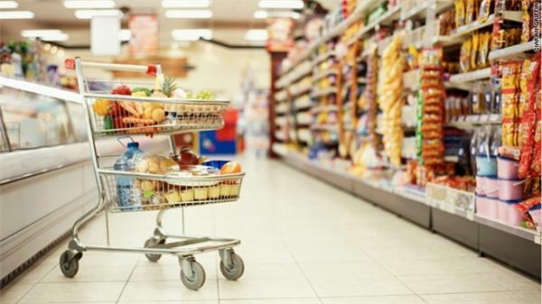 Trái cây, bánh mì, bơ, thịt nguội, sữa… cứ ghé cửa hàng tiện lợi, mua và trữ để ăn sáng dần, không nhất thiết phải tốn gấp 2, gấp 3 cho bữa sáng ở quán cà phê đâu.(Ảnh: Internet)