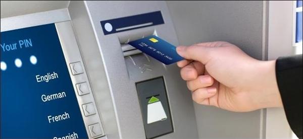 """Mang theo một chiếc thẻ ATM và rút tiền theo đơn vị tiền tệ ở nơi bạn đến để không phải chịu """"lỗ"""" một khoản do chênh lệch mệnh giá.(Ảnh: Internet)"""