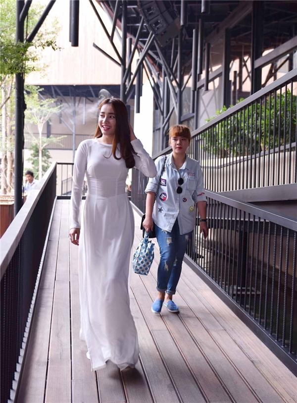 Nữ diễn viên diện tà áo dài trắng nhẹ nhàng, tinh khôi. - Tin sao Viet - Tin tuc sao Viet - Scandal sao Viet - Tin tuc cua Sao - Tin cua Sao