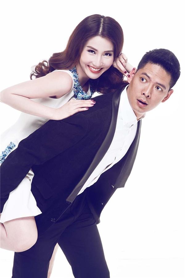 Với kinh nghiệm diễn xuất, cặp trai tài gái sắc Bình Minh và Diễm My không ngần ngại trao cho nhau những cử chỉ như nụ hôn gió ngọt ngào hay ôm nhau tình tứ.