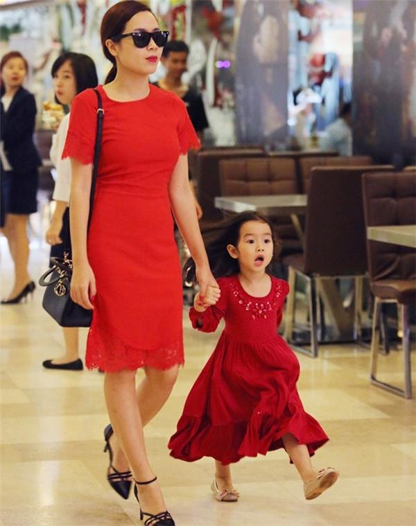 Khác với một nữ ca sĩ sôi động, trẻ trung trên sân khấu, bên cạnh con gái, Lưu Hương Giang trở về đúng với vẻ đẹpdịu dàng của người mẹ. - Tin sao Viet - Tin tuc sao Viet - Scandal sao Viet - Tin tuc cua Sao - Tin cua Sao