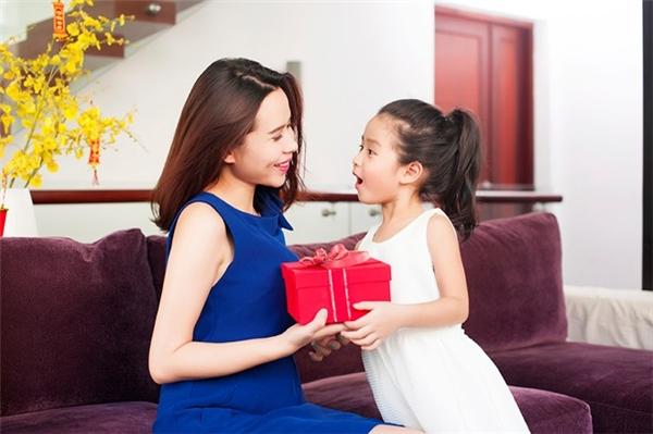 Mặc dù sinh ra trong điều kiện gia đình khá giả nhưng Mina được bố mẹ để thoải mái phát triển như những đứa trẻ bình thường khác. - Tin sao Viet - Tin tuc sao Viet - Scandal sao Viet - Tin tuc cua Sao - Tin cua Sao