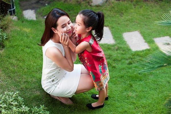 Cô bé cưng nựng mẹ vô cùng dễ thương. - Tin sao Viet - Tin tuc sao Viet - Scandal sao Viet - Tin tuc cua Sao - Tin cua Sao