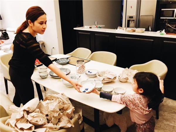 Dù còn bé nhưng Mina luôn phụ giúp mẹ Lưu Hương Giang những công việc hằng ngày. - Tin sao Viet - Tin tuc sao Viet - Scandal sao Viet - Tin tuc cua Sao - Tin cua Sao