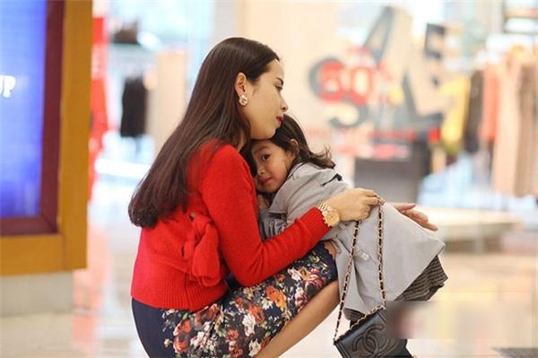 Con gái tin tưởng,an yên dựa hẳn vào người mẹ ở bất cứ đâu. - Tin sao Viet - Tin tuc sao Viet - Scandal sao Viet - Tin tuc cua Sao - Tin cua Sao