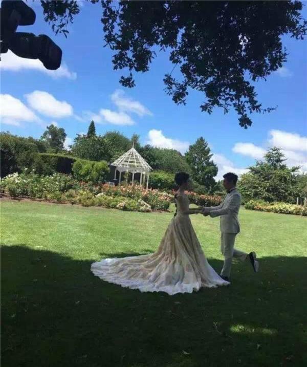 Hậu trường ảnh cưới của cả 2 bị tung lên mạng
