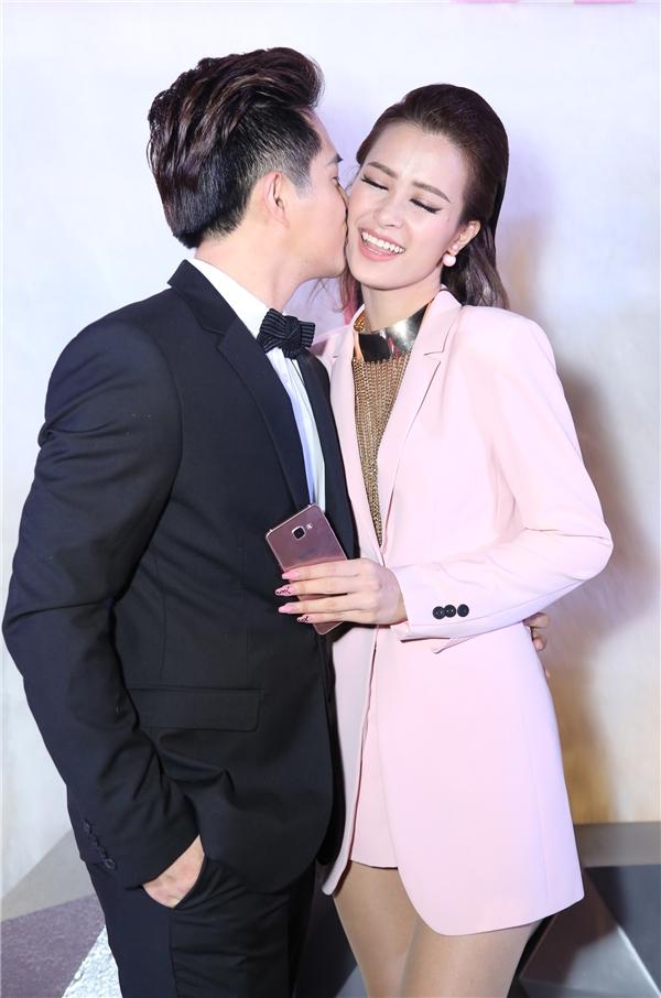 Cả hai không ngần ngại trao nhau nụ hôn lãng mạn. - Tin sao Viet - Tin tuc sao Viet - Scandal sao Viet - Tin tuc cua Sao - Tin cua Sao