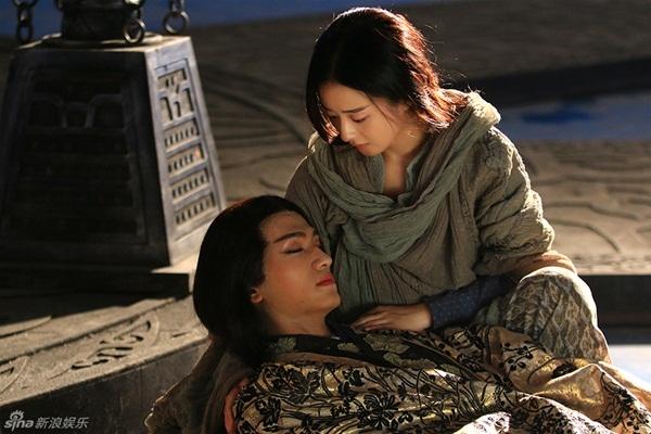 """Cảnh Sát Thiên Mạch được Hoa Thiên Cốt ôm vào lòng trong phim """"Hoa Thiên Cốt"""""""
