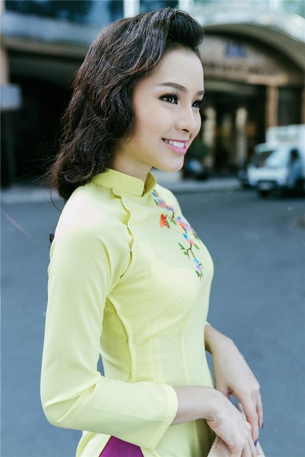 Sắc vàng chanh kết hợp tông hồng ngọt ngào như mang cả bầu trời mùa xuân vào trong tà áo của Phương Trinh Jolie. - Tin sao Viet - Tin tuc sao Viet - Scandal sao Viet - Tin tuc cua Sao - Tin cua Sao