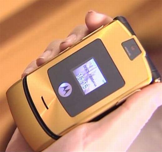 Motorola Moto RAZR V3 có lẽ là cái tên không thể không nhắc đến khi nói về điện thoại cổ dáng đẹp. Ra mắt vào năm 2004 và phiên bản cải tiến sau đó 1 năm, thiết bị luôn được người dùng đón nhận tích cực. Đây cũng là một trong những thiết bị có doanh số bán hàng cao nhất của Motorola (hiện đã bị Lenovo thâu tóm). (Theo: Internet)