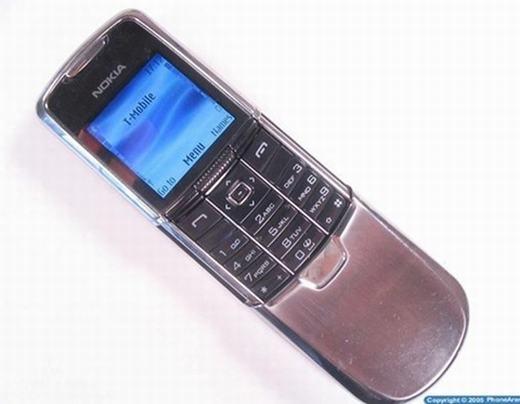 Nokia 8800 cũng là thiết bị ấn tượng nữa của hãng điện thoại Phần Lan năm 2005. Với thiết kế bằng thép không gỉ, có camera và màn hình đa màu sắc (lên tới 256.000 màu), sản phẩm được khá nhiều người săn lùng và sở hữu. (Theo: Internet)