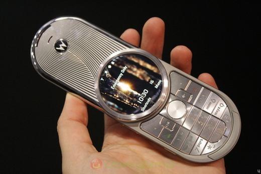 """Sẽ là thiết sót nếu như không nhắc đến chiếc MotorolaAURA – một sản phẩm được thiết kế theo phong cách """"viễn tưởng"""" với màn hình tròn ở giữa. Đây là một trong những cái tên thành công nữa của Motorola. (Theo: Internet)"""