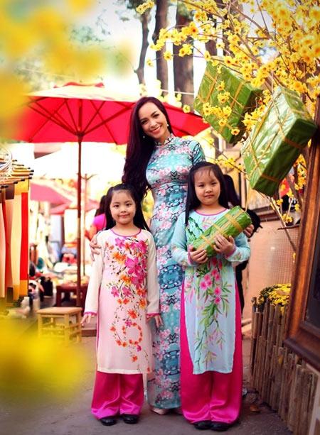 Không chỉ riêng nữ ca sĩ Thu Phương mong muốn gìn giữ nét văn hóa Việt, MC Thúy Hạnh cũng là một người nghệ sĩ luôn sống vì gia đình. Cựu người mẫu cho biết với cô, Tết là những khoảnh khắc ngọt ngào khi được sum họp bên cả gia đình. - Tin sao Viet - Tin tuc sao Viet - Scandal sao Viet - Tin tuc cua Sao - Tin cua Sao