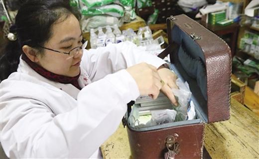 Hộp thuốc cô Lý thường cầm theo khi khám bệnh tại nhà. (Ảnh: Internet)