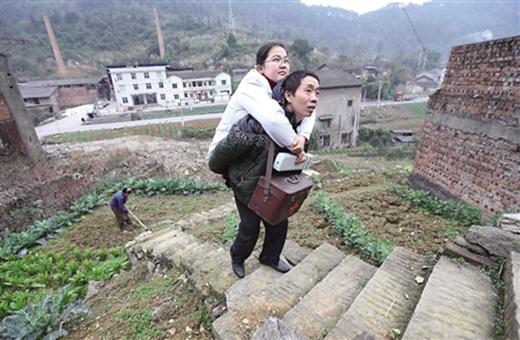 Anh Lưu cõng vợ đến nhà người bệnh. (Ảnh: Internet)