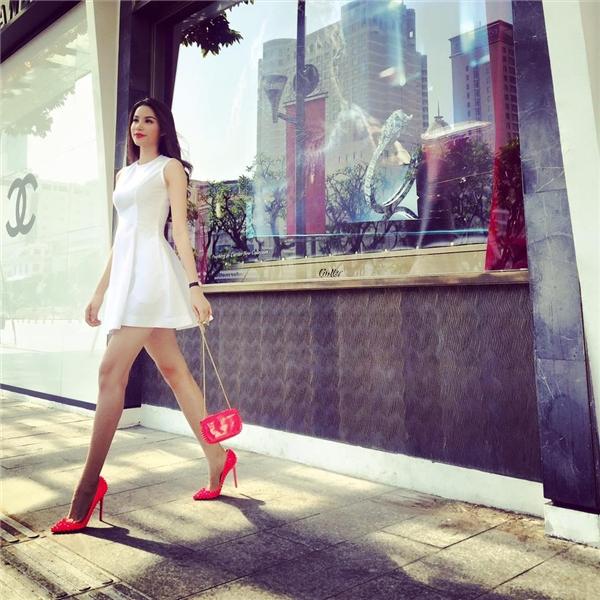 Người đẹp đất cảng khéo léo tạo điểm nhấn cho bộ váy màu trắng đơn giản bằng loạt phụ kiện màu hồng neon. Thiết kế đơn giản nhưng vẫn giúp Phạm Hương phô diễn được đôi chân dài cùng vòng eo con kiến nhỏ nhắn.