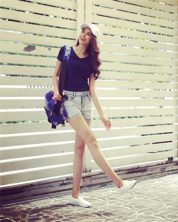 Combo đơn giản gồm: quần jeans, áo phông của Phạm Hương được tô điểm khéo léo bằng chiếc túi đeo chéo cá tính. Nếu như trên thảm đỏ, sự sang trọng, gợi cảm luôn đồng hành cùng Phạm Hương thì ở đời thường cô nàng luôn sẵn sàng trải nghiệm nhiều tạo hình khác nhau.