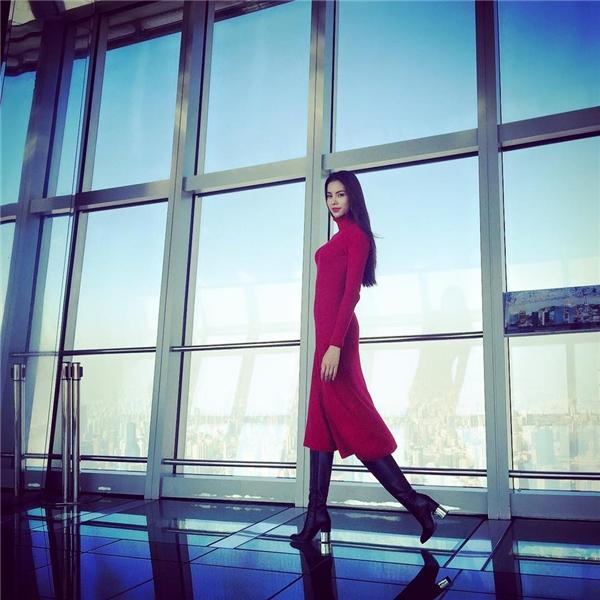 Dáng váy cổ lọ đơn giản, nhẹ nhàng vẫn giúp Phạm Hương nổi bật nhờ sự hài hòa giữa hai tông màu đỏ, đen kinh điển.