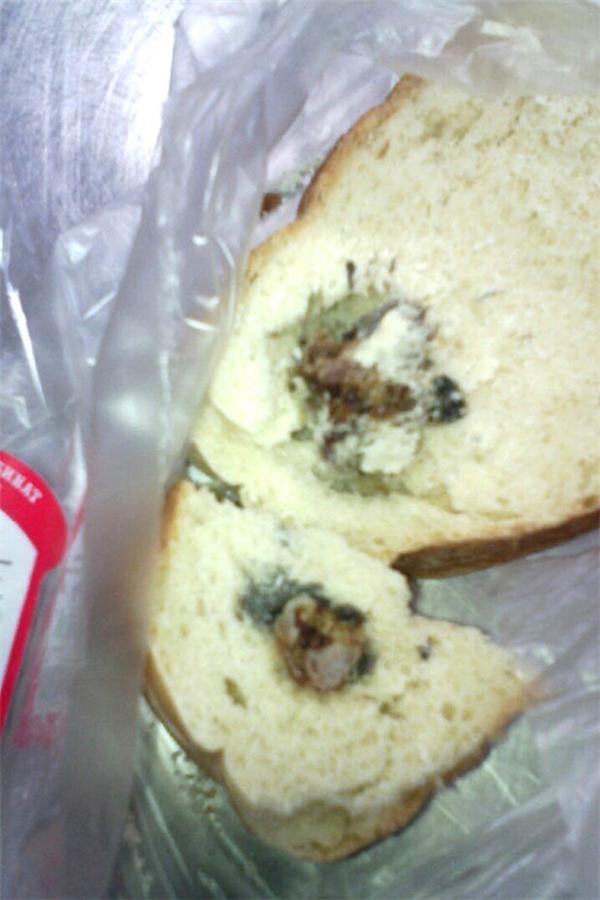 Chết khiếp khi phát hiện trong ổ bánh mì có... một cái đầu