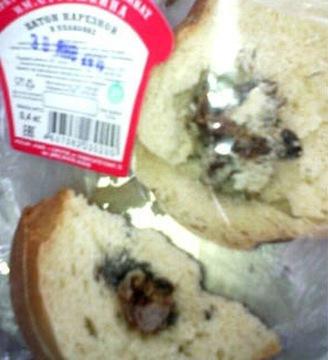 Ổ bánh mì chứa đầu con chuột bên trong. Ảnh: Internet
