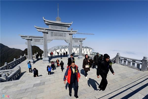 Từ nhà ga đến lên cột mốc đỉnh Fansipan, du khách sẽ phải leo thêm 600 bậc thang đá.