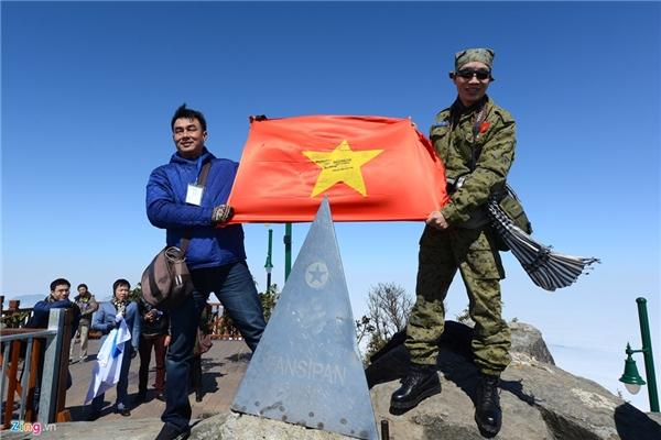 Anh Lê Hồng Quang (phải) và anh Tuấn từng đặt cột mốc Fansipan lên đỉnh cách đây 8 năm. Hôm nay, họ có thêm cơ hội giương cờ Tổ quốc chào mừng.