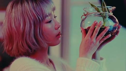 Taeyeon đẹp mong manh trong