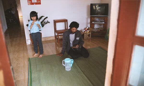Anh Huynh cùng con gái trong ngôi nhà nhỏ của mình. (Ảnh: Internet)
