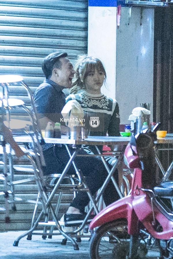 Vui vẻ trò chuyện trong lúc chờ đồ ăn - Tin sao Viet - Tin tuc sao Viet - Scandal sao Viet - Tin tuc cua Sao - Tin cua Sao